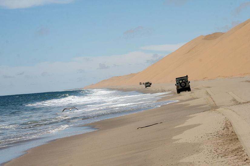 Namibie, convoi de véhicules 4x4 sur la plage en direction de Walvis Bay