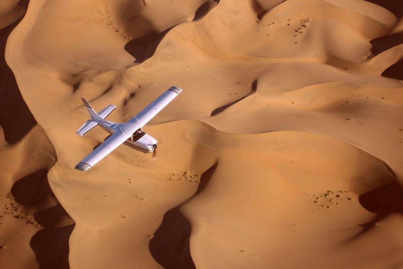 Namibie, aérienne d'un avion cessna survolan les dunes du désert du Namib