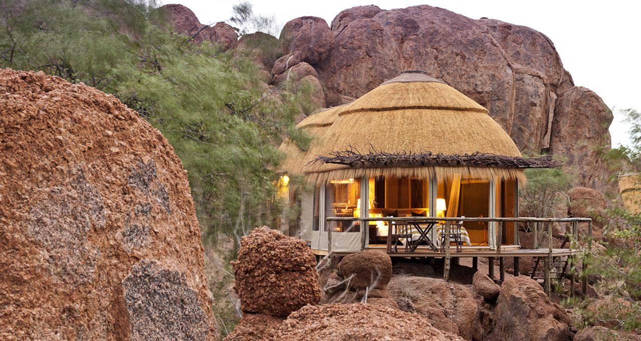 Namibie, Damaraland, Twyfelfontein, Mowani Mountain Camp, vue sur la suite de charme intégrée parmi les rochers de granit