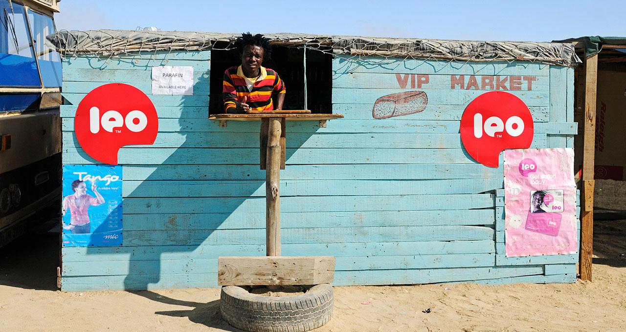 Namibie, dans le township de Mondesa, un vendeur dans son magasin.
