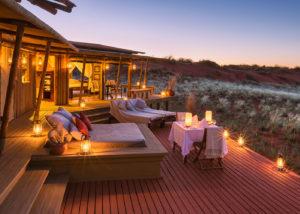 Namibie, diner romantique depuis la terrasse du Moutain view suite, à Wolwedans NamibRand Nature Reserve