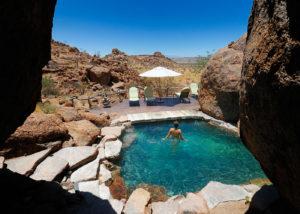 Namibie, Twyfelfontein, piscine de charme parmi les rochers dominant les paysages arides du Damaraland au Mowani Mountain Camp