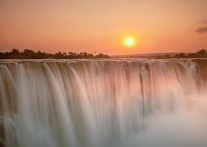 Zimbabwe, lever de soleil sur les chutes Victoria