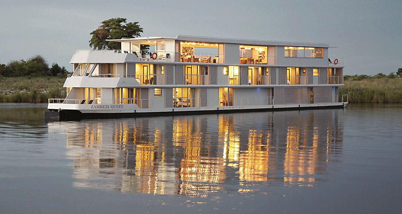 Botswana, bateau de croisière de luxe le Zambezi Queen voguant sur la rivière Chobe