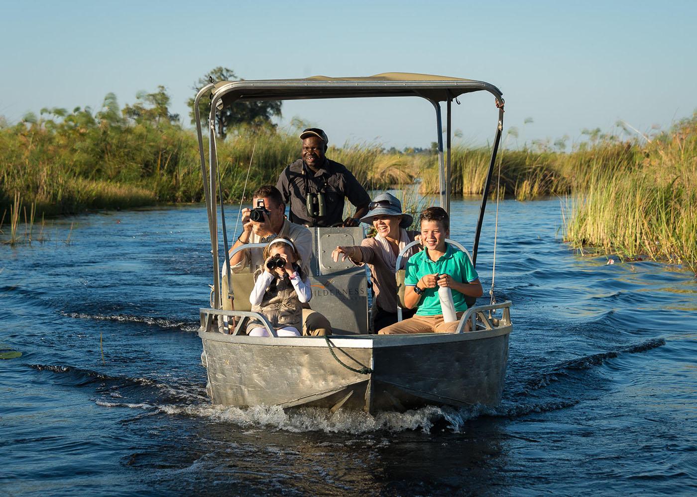 Botswana, une famille effectue une excursion en bateau privatif dans le delta de l'Okavango
