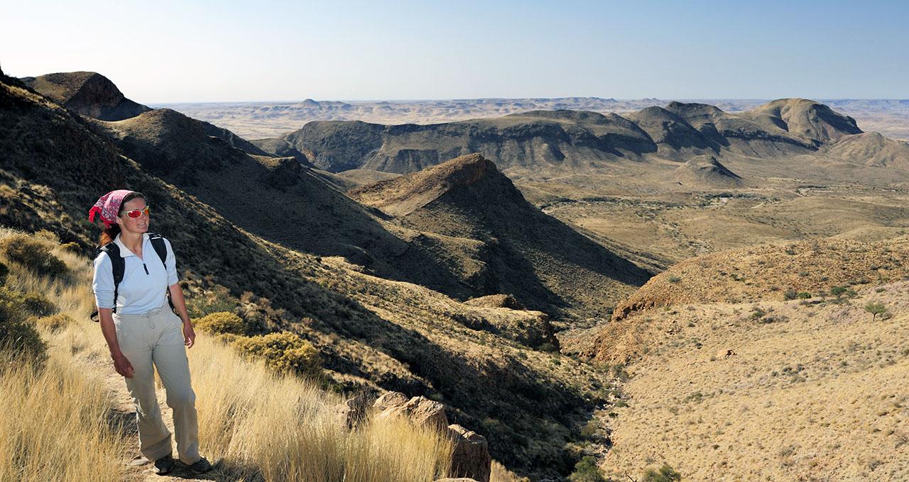 Namibie, femme marchant sur l'Olive trail dans les montagnes du Namib Naukluft National Park