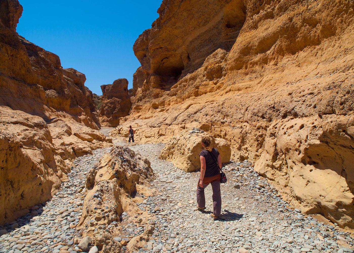 Namibie, désert du Namib, femme en randonnée dans le canyon de Sesriem près de Sossusvlei, façonné par la rivière Tsauchab