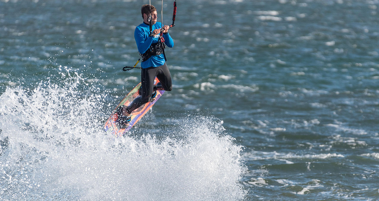 Namibie, lagune de Walvis Bay : un kite surfer prend son envol