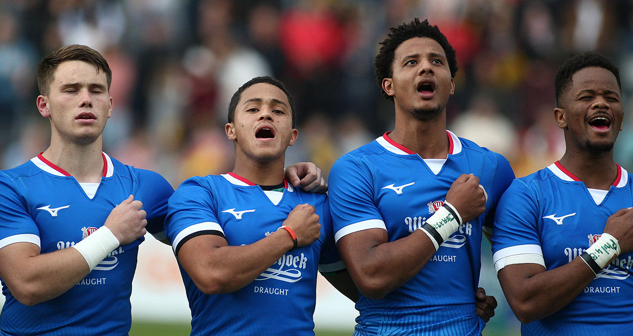 Namibie : groupe de joueur de rugby mixte chantant l'hymne national dans un stade