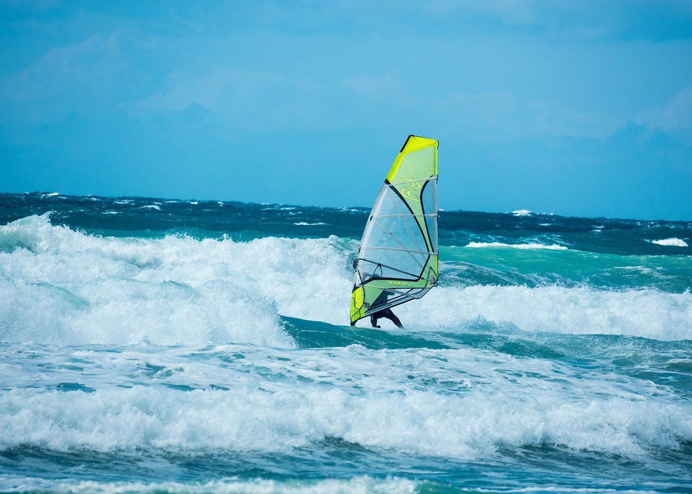 Namibie, Skeleton Coast, un véliplanchiste surfe sur une vague