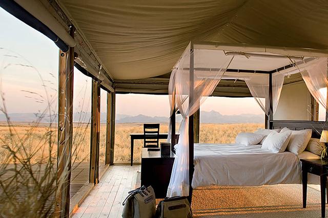 Namibie : chambre de luxe sous toile ouverte sur le panorama de la réserve du Namibrand