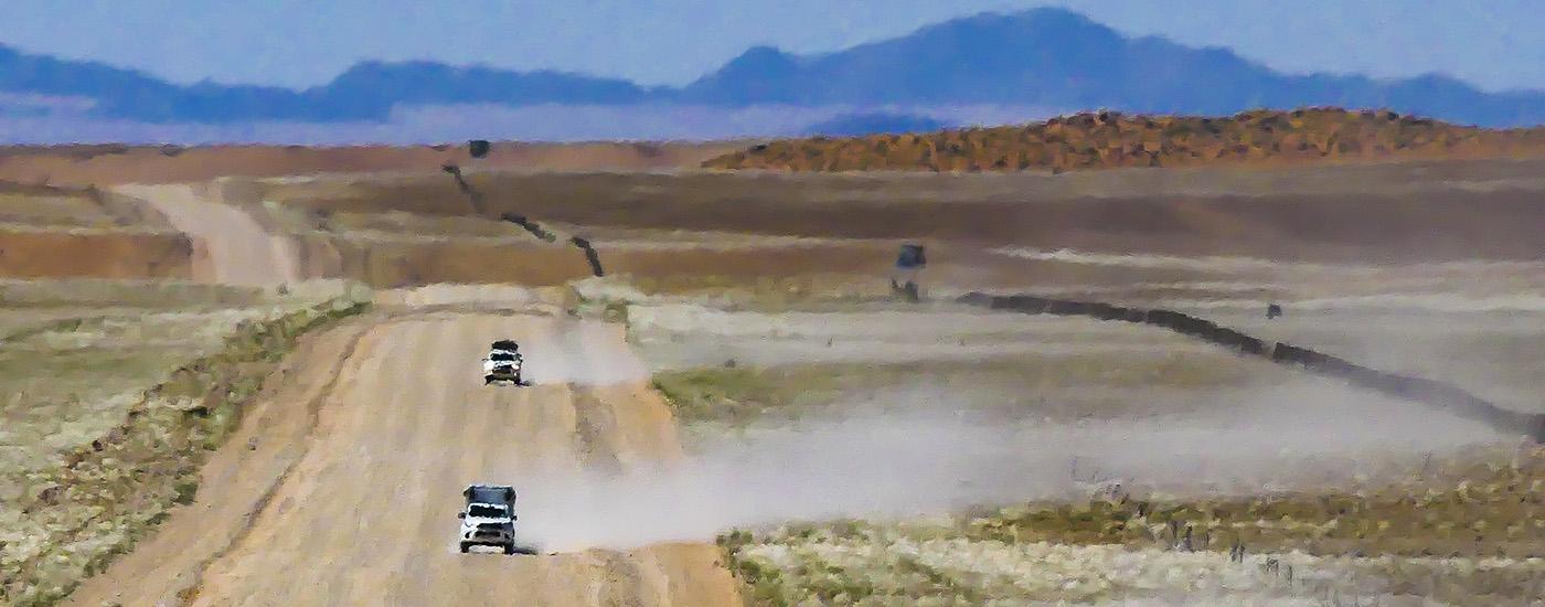 Véhicules 4x4 à sur les routes de gravier de l'ouest de la Namibie