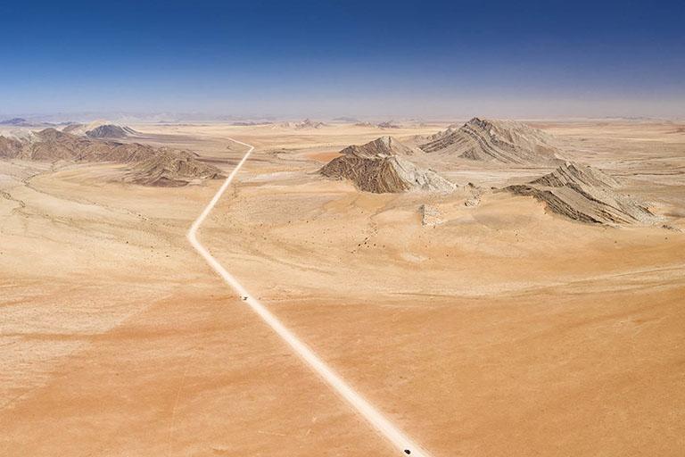 Namibie, 4x4 sur une piste menant à travers le désert du Namib