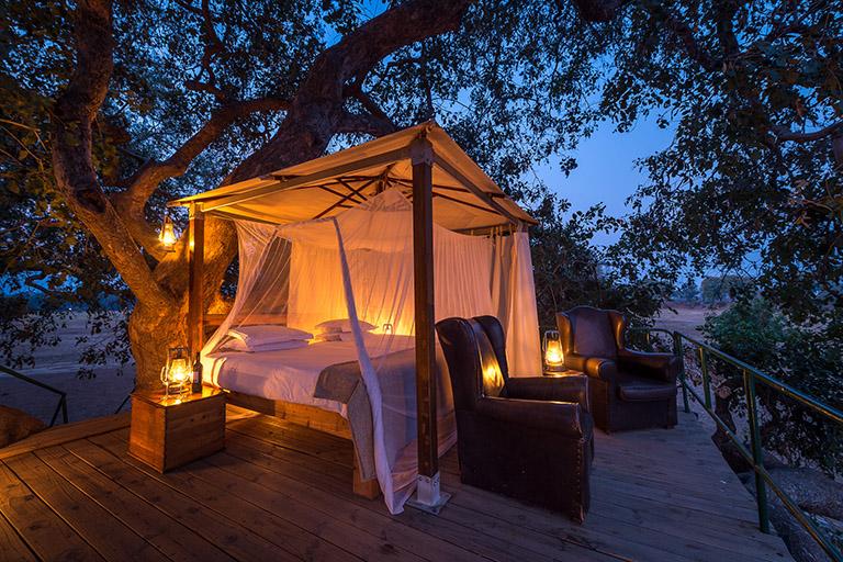 Zimbabwe, parc National des Mana Pools, nuit de charme sous les étoiles